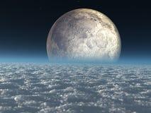 Luna sobre las nubes celestes Imagenes de archivo