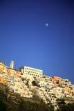 Luna sobre Oia Santorini Imágenes de archivo libres de regalías