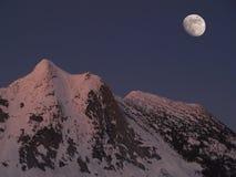 Luna sobre pico de los yacs Imagen de archivo libre de regalías