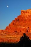 Luna sopra il deserto ad alba Fotografia Stock