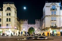 Luna sopra il Karlstor a Monaco di Baviera immagine stock libera da diritti