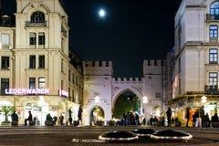 Luna sopra il Karlstor a Monaco di Baviera immagine stock