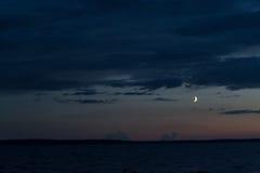 Luna sopra il lago Immagine Stock