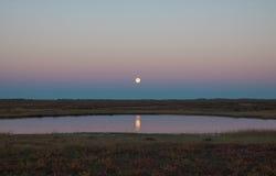 Luna sopra il lago Estremo Nord russo Immagine Stock