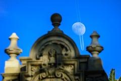 Luna sopra il parco della balboa immagine stock