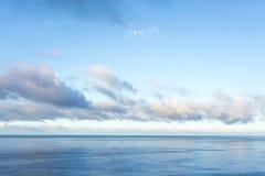 Luna sopra l'oceano Pacifico Fotografia Stock Libera da Diritti