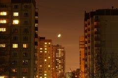 Luna sopra la città immagini stock