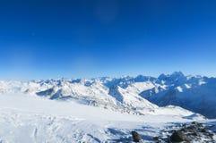 Luna sopra la cresta della montagna delle montagne caucasiche nel cielo blu Regione di Elbrus fotografia stock libera da diritti