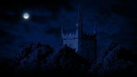 Luna sopra la vecchia costruzione di chiesa royalty illustrazione gratis