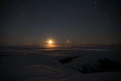 Luna sopra le nuvole in montagne immagini stock libere da diritti