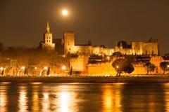 Luna sopra le pareti di Avignone Immagine Stock