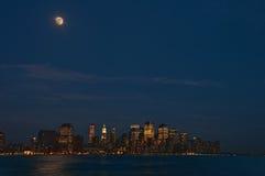 Luna sopra Manhattan Immagini Stock Libere da Diritti