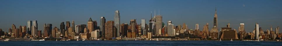Luna sopra panorama di Manhattan Fotografia Stock Libera da Diritti