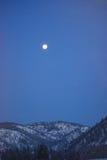 Luna sopra Rocky Mountain Winter Mountains, Montana Immagine Stock Libera da Diritti