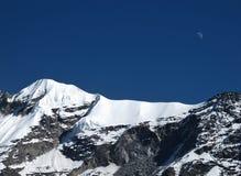 Luna sopra un'alta montagna Fotografia Stock Libera da Diritti
