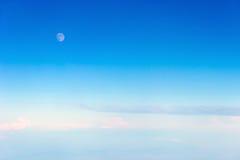 Luna su cielo blu Immagini Stock
