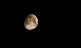 Luna y el cielo y las nubes oscuros Foto de archivo