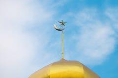 Luna y estrella en masjid de la bóveda Fotos de archivo libres de regalías
