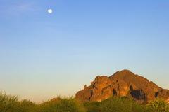 Luna y montaña de Camelback Imagen de archivo libre de regalías