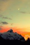 Luna y montaña de la nieve Foto de archivo
