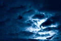 Luna y nubes de la noche Fotos de archivo