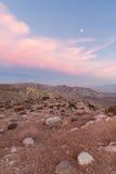 Luna y nubes rosadas sobre desierto imágenes de archivo libres de regalías