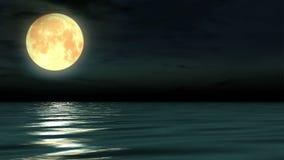 Luna y rayo de luna de la noche en el mar