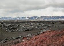 Lunar-como a paisagem do campo de lava vermelho e preto velho em Askja, montanhas de Islândia, Europa imagem de stock royalty free