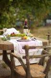Lunch är romantisk i höstträdgård, atmosfär av ferie och hemtrevlighet Höstlig matställe i den öppna luften med vin och frukt dek royaltyfri bild