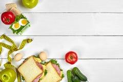 lunch Σάντουιτς και φρέσκα λαχανικά, μπουκάλι νερό και πράσινο μήλο στον ξύλινο πίνακα κατανάλωση έννοιας υγιής κορυφή Στοκ Εικόνες