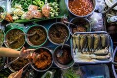Lunch från thailändsk gatuförsäljare arkivbilder