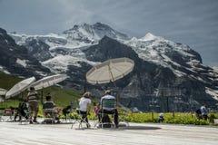 Lunch i schweiziska fjällängar Fotografering för Bildbyråer