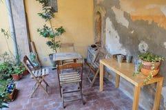 Lunch i Tuscanen trädgårds- Italien Arkivfoto