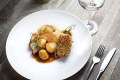 lunch Kippenborst met aardappels en geroosterde bloemkool royalty-vrije stock foto