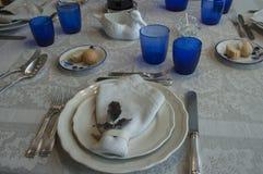 Lunch med blåa GlassesLunch med blåa exponeringsglas royaltyfri bild