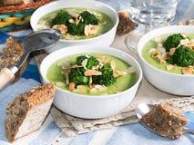 Lunch med broccolisoppa arkivbild