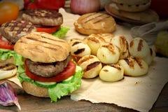 Lunch med hemlagade BBQ grillade hamburgare på köksbordet Arkivbild