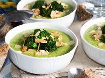 Lunch met broccolisoep stock foto's