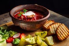 Lunch met gebraden vleesballetjes, soep met vlees en aardappels op een plattelander stock fotografie