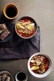 Lunch met udonnoedels met groenten worden gekookt die stock fotografie