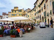 Lunch på piazza Dell 'Anfiteatro på Lucca arkivfoton