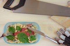 lunch quick Lunchask på en konstruktionsplats royaltyfri fotografi