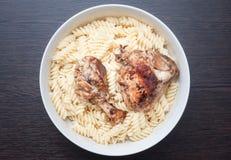 Lunch ten atleta dla ładować z powikłanymi węglowodanami przez długi czas i energia od makaronu i kurczaka obrazy stock