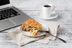Lunch terwijl het werken met laptop Royalty-vrije Stock Fotografie