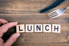 lunch Träbokstäver på kontorsskrivbordet royaltyfri foto