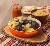 Lunch z ringowymi pudding kiełbasami, grulami i fotografia stock