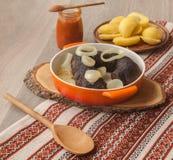 Lunch z ringowymi pudding kiełbasami, grulami i obraz stock