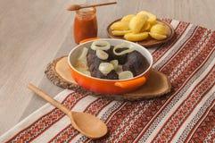 Lunch z ringowymi pudding kiełbasami, grulami i obrazy stock