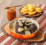 Lunch z ringowymi pudding kiełbasami, grulami i zdjęcie stock