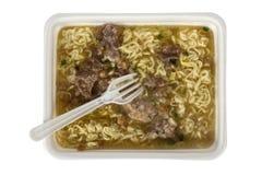 Lunchask - kinesiska nudlar med kött Arkivbilder